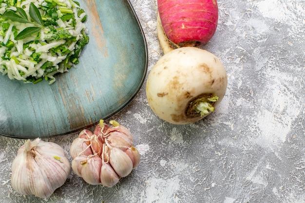 Widok z przodu smaczna sałatka z kapusty ze świeżymi warzywami