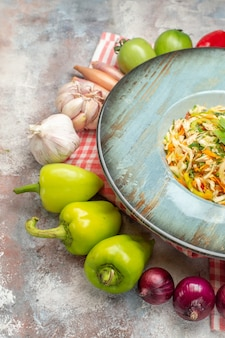 Widok z przodu smaczna sałatka ze świeżymi warzywami na jasnym tle danie zdjęcie dieta jedzenie kolor posiłek zdrowie