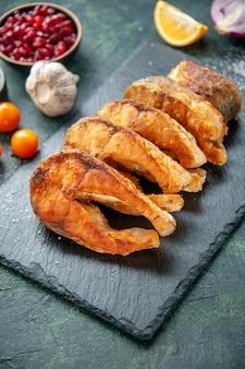 Widok z przodu smaczna smażona ryba z pomidorami na ciemnoniebieskiej powierzchni posiłek pieprz gotowanie smażyć owoce morza sałatki z mięsa morskiego