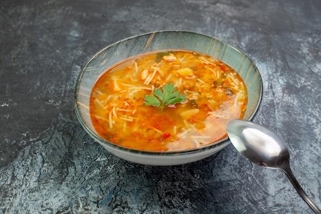 Widok z przodu smaczna zupa makaronowa wewnątrz talerza na jasnoszarym tle ciasto sos jedzenie danie zdjęcie makaron