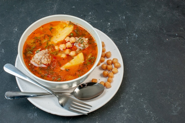 Widok z przodu smaczna zupa mięsna z fasolą i ziemniakami na ciemnym stole
