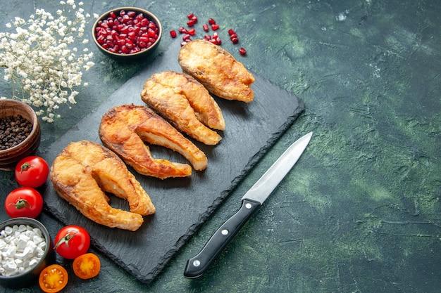 Widok z przodu smaczne smażone ryby z pomidorami na ciemnym tle danie jedzenie sałatka smażyć mięso papryka morska gotowanie posiłku owoce morza