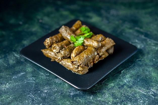 Widok z przodu smaczny liść dolma na ciemnym tle kaloryczny olej obiad jedzenie restauracja posiłek sałatka danie mięso