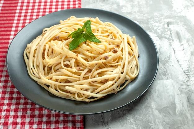 Widok z przodu smaczny włoski makaron na białym cieście z jedzeniem