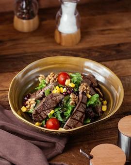 Widok z przodu smażone mięso z warzywami wewnątrz płyty na brązowym drewnianym biurku posiłek mięsny