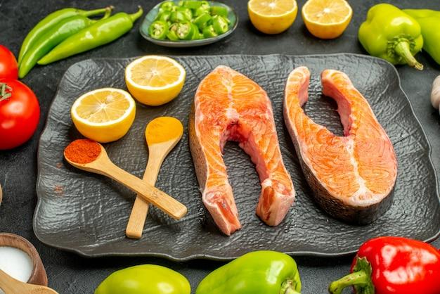 Widok z przodu smażone plastry mięsa ze świeżymi warzywami na ciemnym tle żeber kolor posiłek danie sałatka jedzenie grill