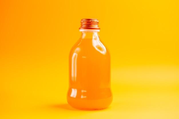 Widok z przodu sok pomarańczowy wewnątrz butelki na pomarańczowym tle kolor soku lemoniady owocowej