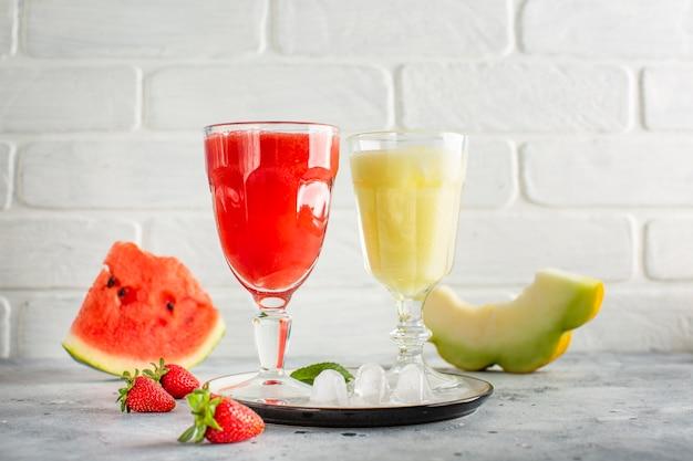 Widok z przodu sok z arbuza na tacy