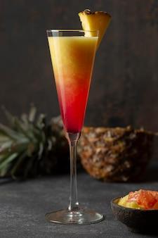 Widok z przodu sok z owoców egzotycznych w szkle