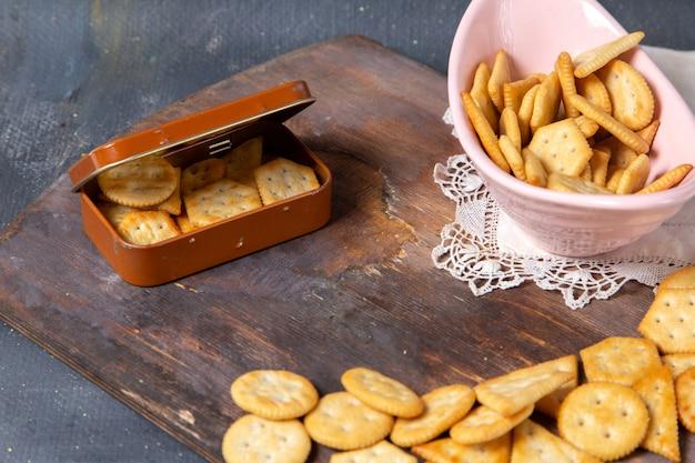 Widok z przodu solone krakersy na drewnianym biurku i szare
