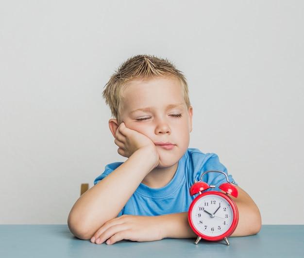 Widok z przodu śpiący młody chłopak