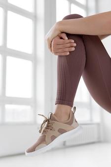 Widok z przodu sportowy stopy kobiety