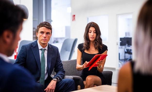 Widok z przodu spotkanie zespołu w biurze makiety