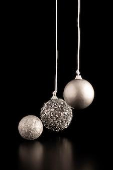 Widok z przodu srebrnych wiszących globusów bożonarodzeniowych