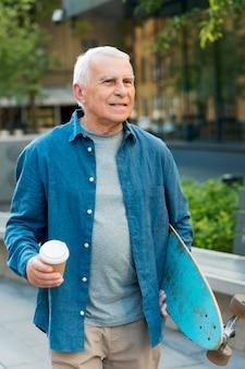Widok z przodu starego człowieka z deskorolką