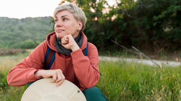 Widok z przodu starsze kobiety turystyczne pozowanie w przyrodzie