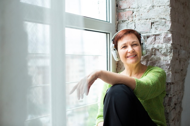 Widok z przodu starszy w oknie słuchania muzyki