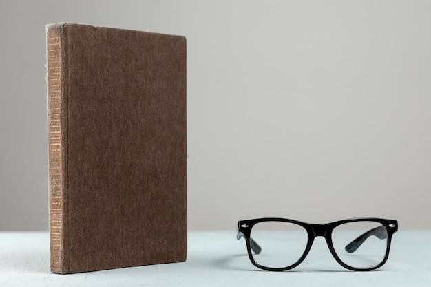 Widok z przodu stojący książki w okularach