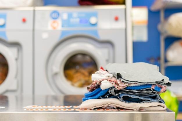 Widok z przodu stos prania