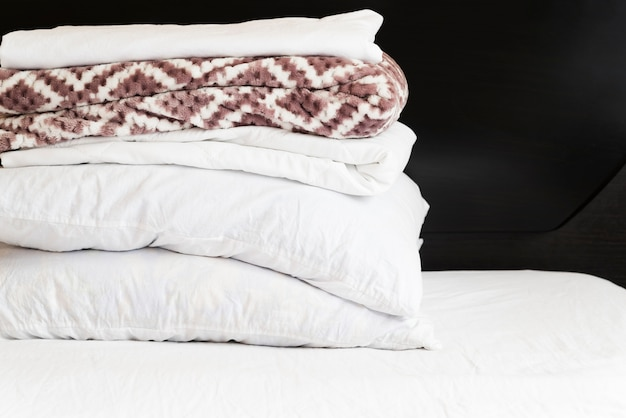 Widok z przodu stos ręczników z czarnym tłem