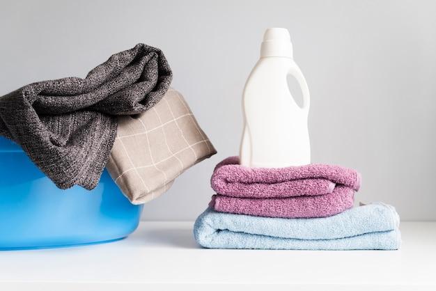 Widok z przodu stosu ręczników ze zmiękczaczem do prania