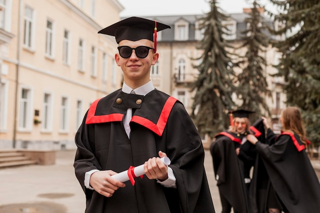 Widok z przodu student z dyplomem