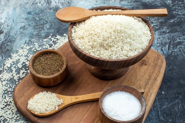 Widok z przodu surowy ryż z przyprawami na ciemnym tle nasiona zbóż kolor zupa mączka kasza