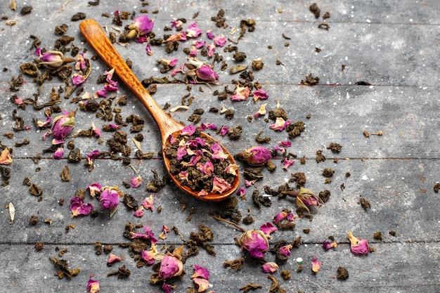 Widok z przodu suszonych kwiatów na szarym biurku