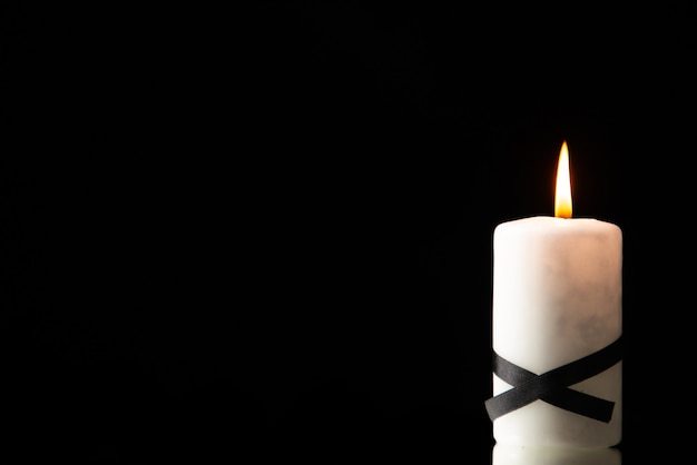 Widok z przodu świecy zapalającej na czarno