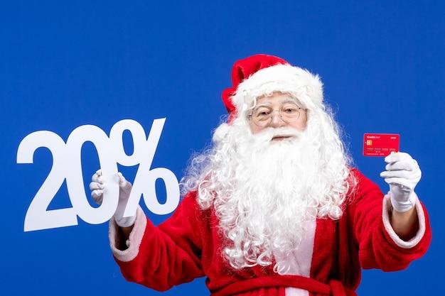 Widok z przodu święty mikołaj trzymający kartę bankową i piszący na niebieskim świątecznym prezentie