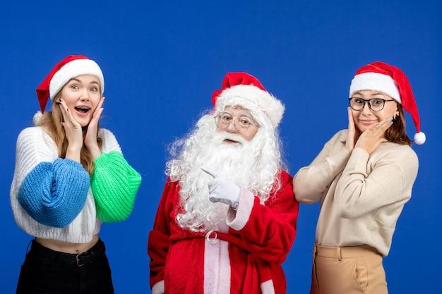 Widok z przodu święty mikołaj z kobietami na niebieskim, zimnym świątecznym świątecznym nowym roku