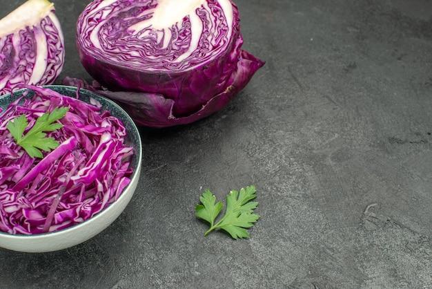 Widok z przodu świeża czerwona kapusta na ciemnym stole dieta dojrzałe sałatki zdrowotne fioletowe