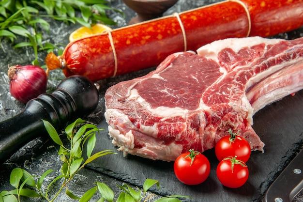 Widok z przodu świeża kiełbasa z pomidorami i kawałkiem mięsa na jasno-ciemnej kanapce mięso jedzenie chleb posiłek kolor zwierzęcy burger
