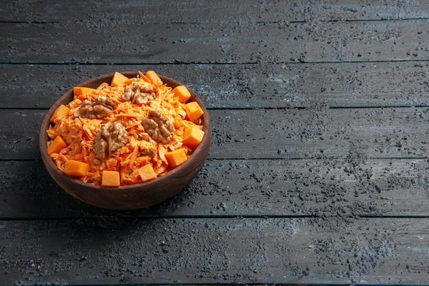 Widok z przodu świeża sałatka z marchwi tarta sałatka z orzechami włoskimi i czosnkiem na ciemnym biurku dieta sałatka orzechowa kolor zdrowia