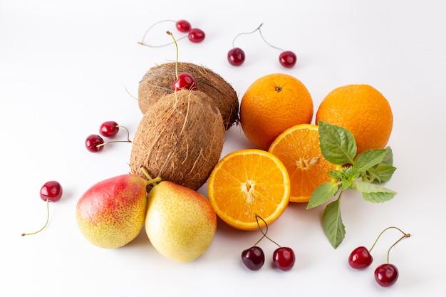 Widok z przodu świeże całe pomarańcze soczyste i kwaśne wraz z kokosami i wiśniami na białym tle