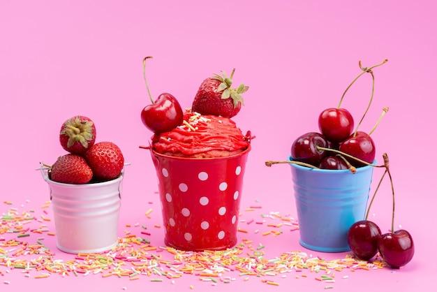 Widok z przodu świeże czerwone owoce w małych wiaderkach na różowym, owocowym kolorze jagodowym