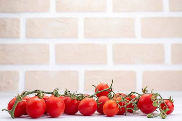 Widok z przodu świeże czerwone pomidory na białym tle