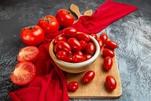 Widok z przodu świeże czerwone pomidory