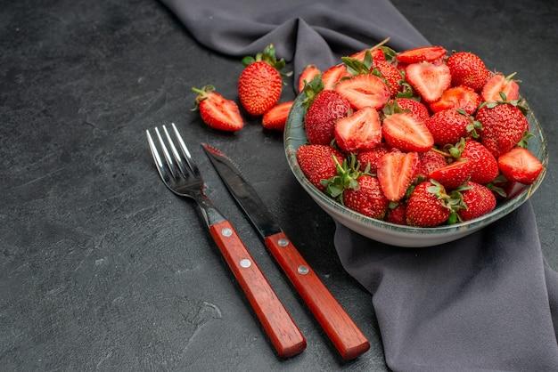 Widok z przodu świeże czerwone truskawki wewnątrz talerza na ciemnym tle kolor dzikie letnie soki jagodowe
