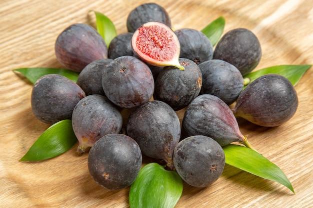 Widok z przodu świeże figi na brązowym drzewie stołowym owoc ciemny smak zdjęcie