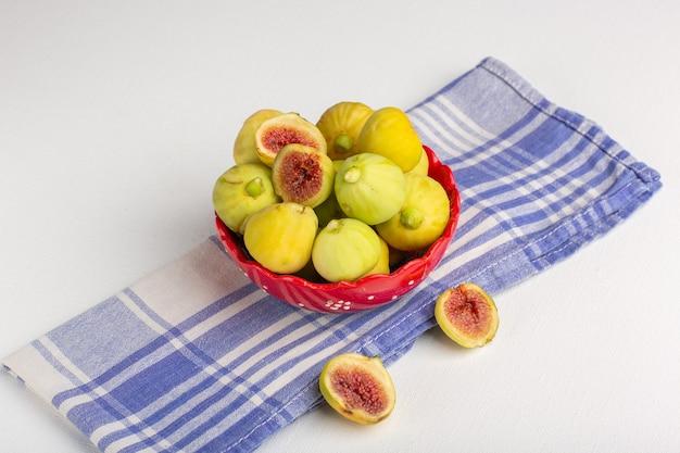 Widok z przodu świeże figi słodkie pyszne płody wewnątrz czerwonego talerza na białej powierzchni