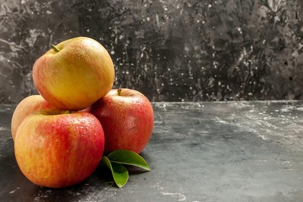 Widok z przodu świeże jabłka na ciemnym zdjęciu kolor soku z dojrzałych owoców witaminye