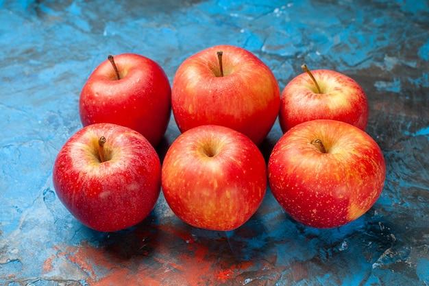 Widok z przodu świeże jabłka na niebieskim tle dojrzała, łagodna dieta zdrowotna