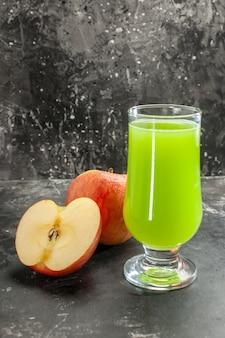 Widok z przodu świeże jabłka z zielonym sokiem jabłkowym na ciemnym soku zdjęcie łagodnego owocowego dojrzałego koloru drzewa