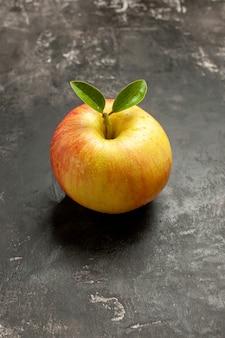 Widok z przodu świeże jabłko na ciemnych owocach dojrzałe drzewo witaminowe o łagodnym soku w kolorze zdjęcia