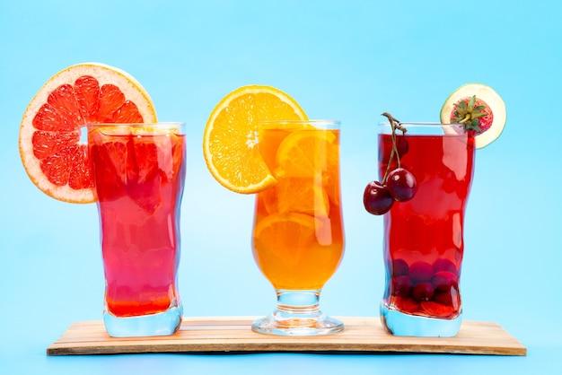Widok z przodu świeże koktajle owocowe z lodem plastry świeżych owoców na niebiesko, pić sok koktajl owocowy kolor
