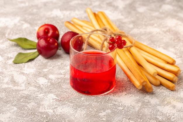 Widok z przodu świeże kwaśne śliwki z sokiem z czerwonej śliwki