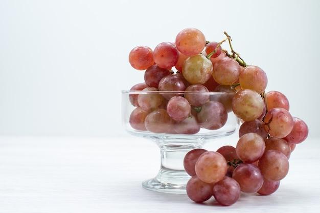 Widok z przodu świeże kwaśne winogrona kwaśne i łagodne owoce na białej powierzchni świeże owoce wino drzewo roślina łagodny