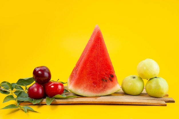 Widok z przodu świeże owoce łagodne i słodkie na żółtym, owocowym kolorze lata