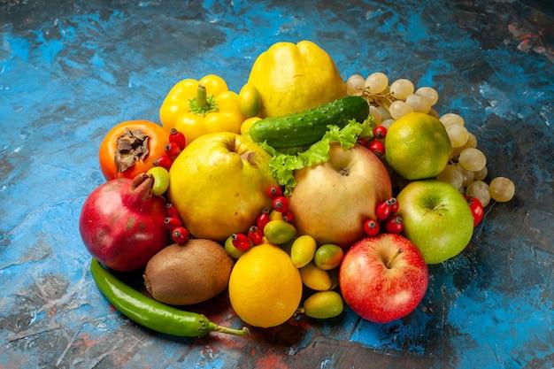 Widok z przodu świeże owoce na niebieskim tle zdrowa dieta zdjęcie dojrzałe smaczne łagodne